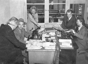Karl Gerold (mit Hut) im Sekretariat der Politredaktion