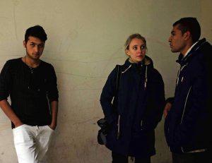 Flüchtlingscamp in Bulgarien, Olivia Kortas im Gespräch mit Omaid (rechts), Foto: Kasper Goethals