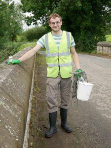 Umweltarbeiter Eoghan Cross bei Probenentnahme für Wasseranalyse
