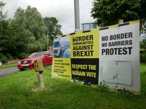 Protestschilder in der Grenzregion (Muff, Irland)