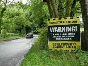 Protestschild in der Grenzregion (Crossmaglen, Nordirland)