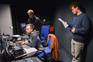 Produktion von Radiomagazinen im schuleigenen Studio.